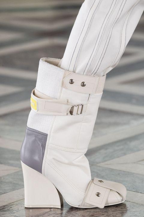 moda scarpe inverno 2021, scopri gli stivali alla caviglia più belli aka gli stivali donna invernali da indossare in versione stivaletti neri, colorati e con zeppa