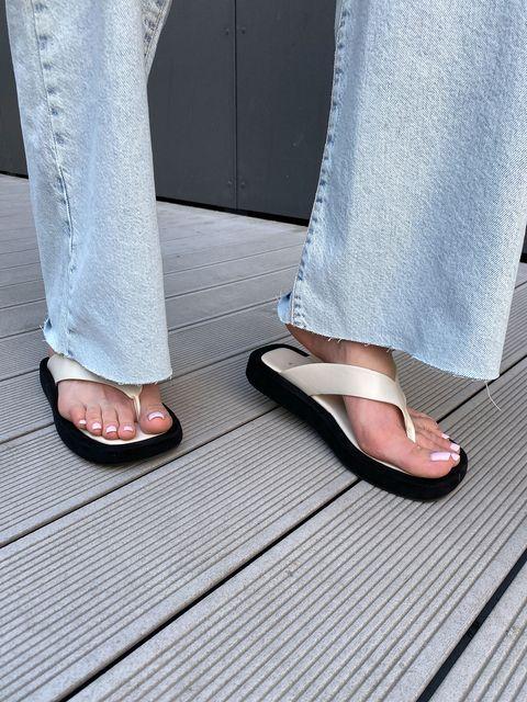 la scarpa ultra light dell'estate 2021 la trovi trai i sandali comodi estivi a infradito da scegliere in versione infradito con zeppa o sandali con tacco medio