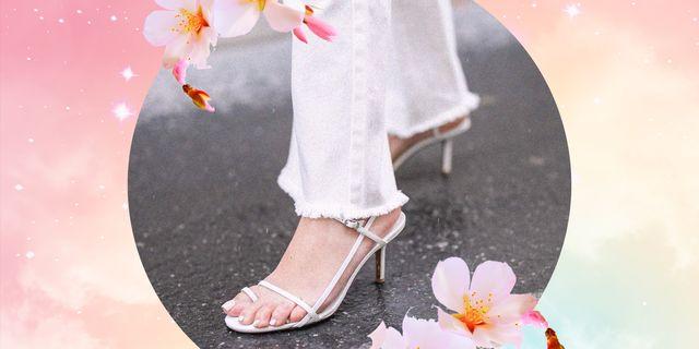 la moda della scarpa bianca è ormai un dato di fatto, scopri come i sandali estivi di tendenza possono accendere di stile gli outfit di ogni giorno day and night
