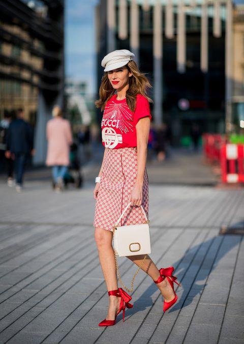 Le scarpe rosse sono la tendenza moda estate 2018, guarda le immagini della gallery e scopri come abbinare le calzature più chic con tante idee glam per i tuoi look.