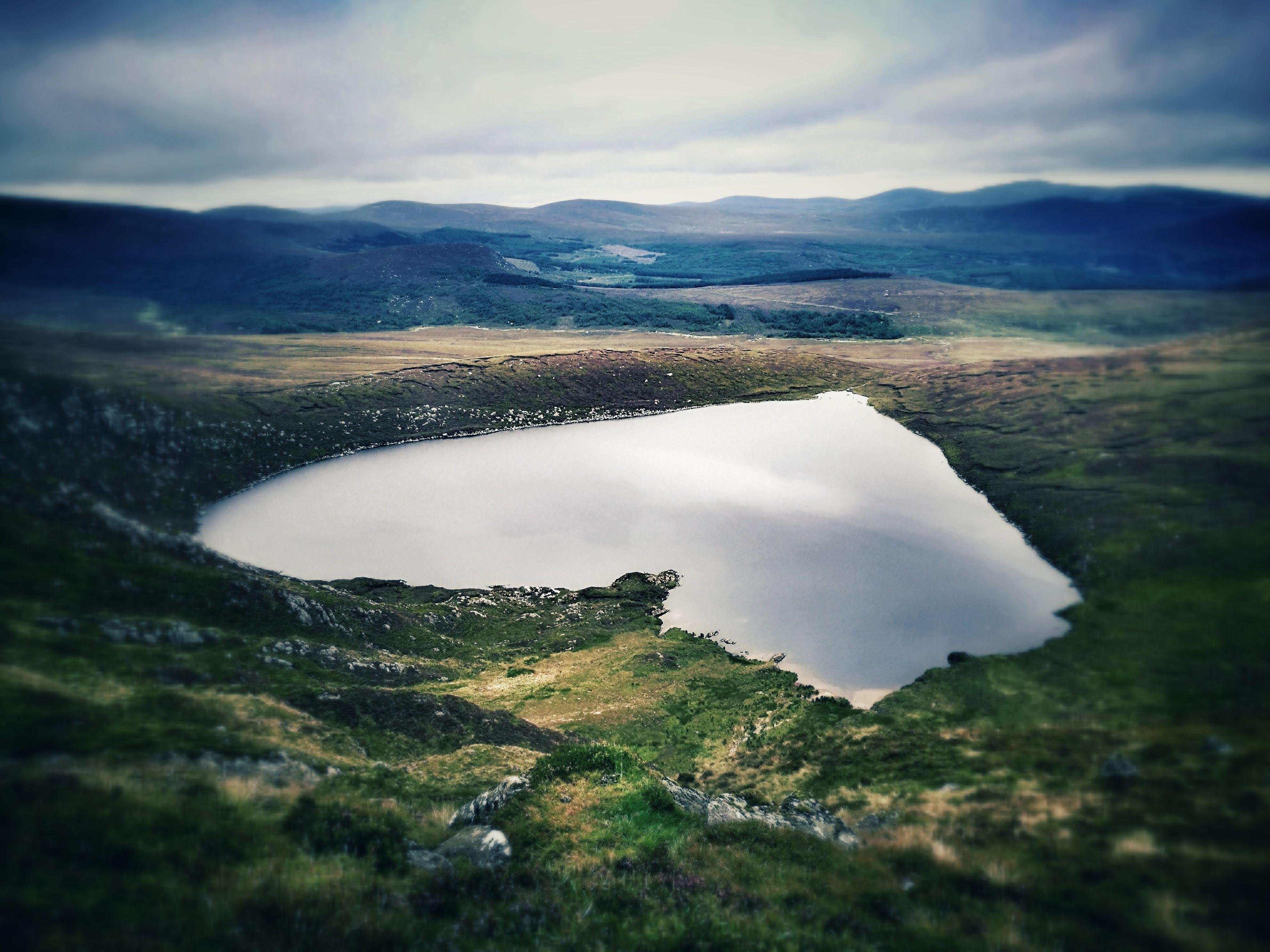 naturskjønn utsikt over innsjøen og fjellene mot himmelen