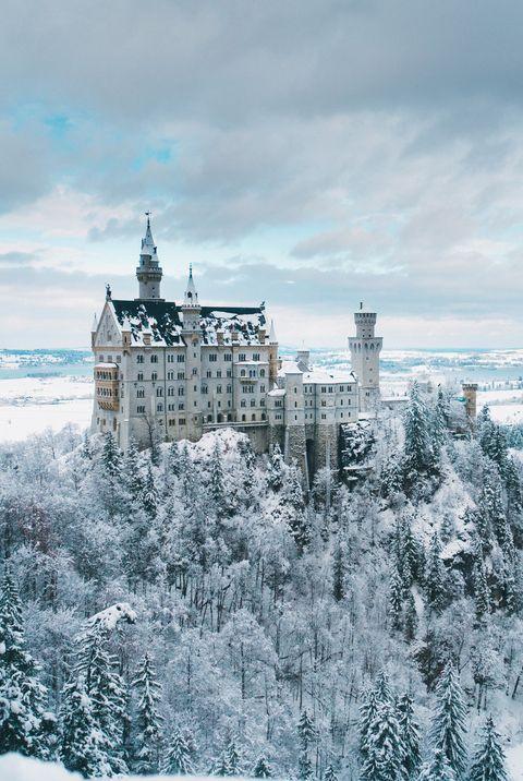 Живописный вид на замок Нойшванштайн в Германии