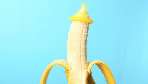 een banaan met condoom