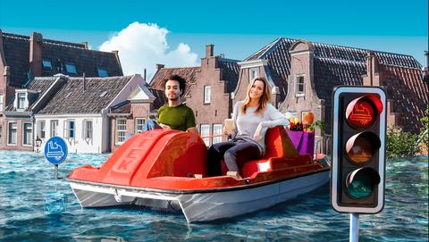 Twee mensen doen boodschappen in een waterfiets