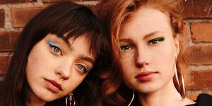 Twee feministische meiden, die power en liefde uitstralen. Foto door Rens van Es.