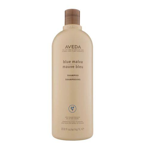 de aveda blue malva shampoo geeft een zilverachtige helderheid aan grijs haar en neutraliseert koperkleurige tonen in alle haartinten