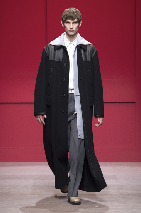Fashion, Clothing, Outerwear, Formal wear, Runway, Academic dress, Overcoat, Suit, Fashion show, Mantle,