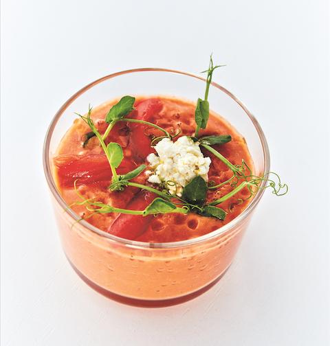 Il gazpacho di pomodori, ricotta, limone e basilico è la versione fresca e sana perfetta per l'estate