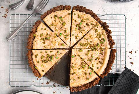 La ricetta della torta al cocco e ai pistacchi è il dessert dai dolci contrasti che stuzzicherà la vostra estate