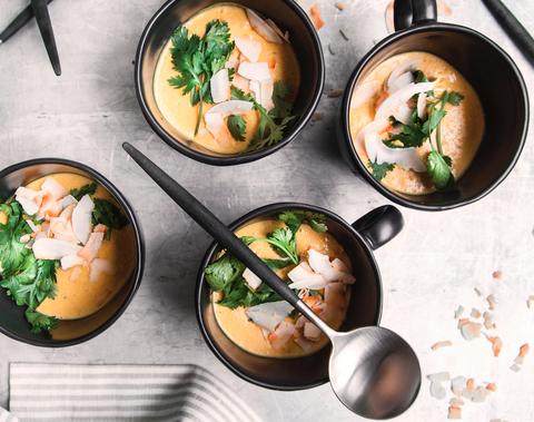 La zuppa perfetta per la mezza stagione è speziata ed è a base di cocco e lenticchie corallo