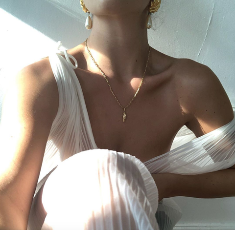 Shoulder, Arm, Neck, Joint, Jewellery, Fashion accessory, Necklace, Human body, Dress, Chest,