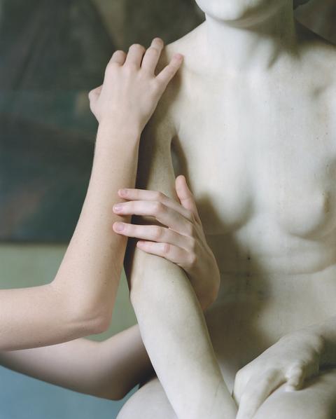 Hand, Arm, Skin, Leg, Joint, Human leg, Finger, Human body, Elbow, Gesture,