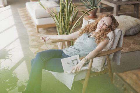 vrouw in slaap gevallen in een stoel
