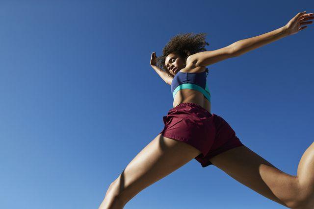 vrouw loopt hard in een korte broek zonder schuurplekken