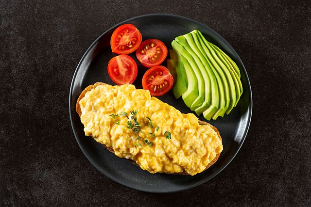 how to count macros, scrambled eggs on bread with avocado and tomatoes