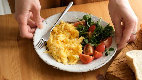 scrambled eggs with tomato arugula salad