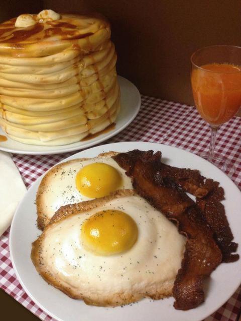 Fried egg, Food, Egg yolk, Meal, Ingredient, Drink, Breakfast, Juice, Tableware, Orange juice,