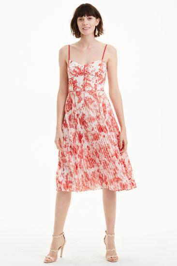 5cd177dee8f Meghan Markle s Favorite Fashion Brands - How to Dress Like Meghan ...