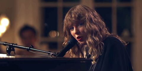 Taylor Swift Performed New Year S Day During Scandal And Twitter Is Split Listen To Taylor Swift Perform New Year S Day