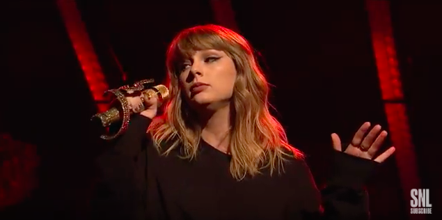 Taylor Swift Used A Sparkly Snake Mic On Snl And I Can T Stop Staring At It