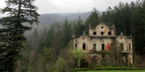 Hill station, Estate, Atmospheric phenomenon, Natural landscape, Mansion, Château, Building, Tree, Castle, Manor house,