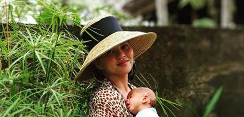 Clothing, Hat, Sun hat, Grass, Fashion accessory, Botany, Child, Headgear, Terrestrial plant, Grass family,