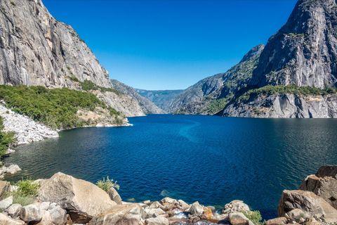 Body of water, Mountainous landforms, Mountain, Natural landscape, Nature, Lake, Tarn, Wilderness, Glacial lake, Reservoir,