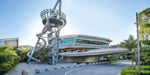 Landmark, Architecture, Real estate, Tourism, Leisure, Stadium, Building, Tourist attraction, City, Sculpture,
