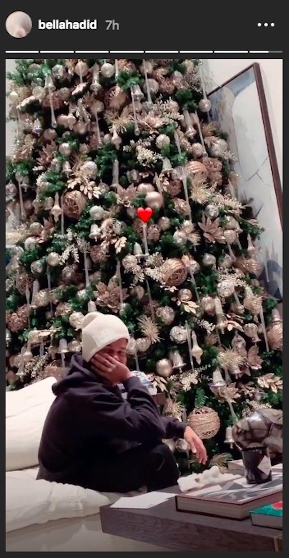 Bella Hadid juga sempat memposting foto The Weeknd saat ia berada di depan pohon Natal (dok. Elle)