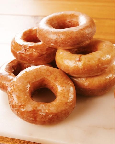 Food, Doughnut, Dish, Cuisine, Cider doughnut, Bagel, Glaze, Ingredient, Baked goods, Fried food,