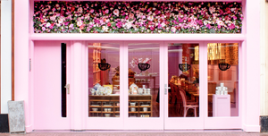 Blond-Amsterdam-roze-cafe