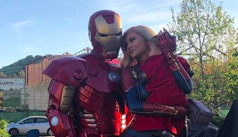 Superhero, Fictional character, Suit actor, Iron man, Selfie, Costume,
