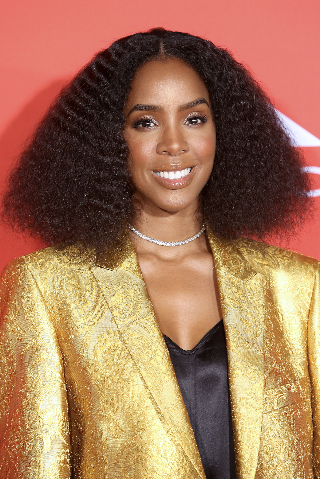 Kelly Rowland Stop thinking that short hair has to be straight. Big hair and bob cuts look absolutely beautiful together, as proven by my girl Kelly Rowland's blown-out, crinkly curls.
