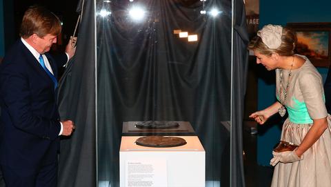 Koning Willem Alexander en Koningin Máxima tijdens een bezoek aan Australië, waar de schotel tijdelijk werd tentoongesteld