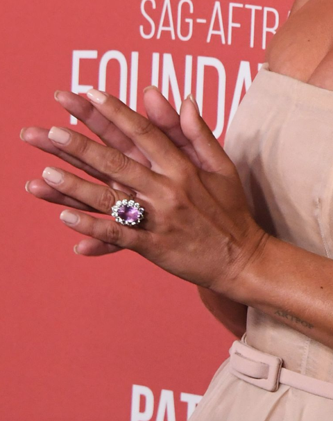 Uñas, dedo, anillo, manicura, mano, anillo de compromiso, cuidado de las uñas, rosa, joyería, esmalte de uñas,