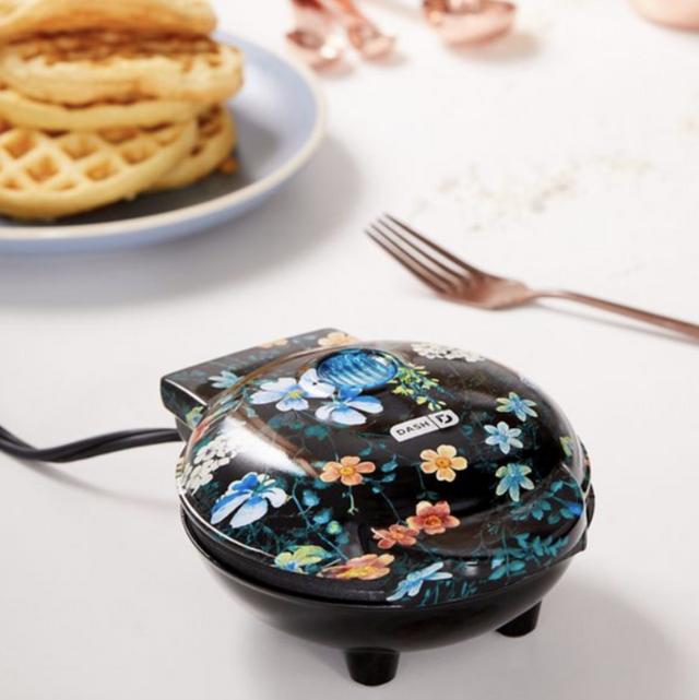 Waffle iron, Breakfast, Kitchen appliance, Font, Snack, Meal, Finger food, Waffle, Dish,