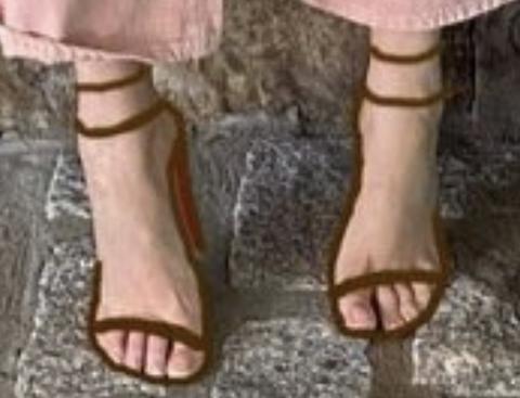 коричневые босоножки на каблуке с ремешками в стиле фотошоп Blake Lively