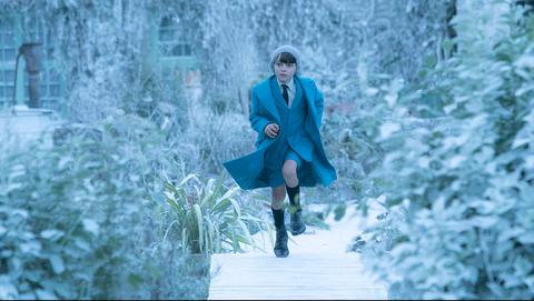 Winter, Sleeve, Textile, Outerwear, Coat, Collar, Street fashion, Knee, Jacket, Blazer,
