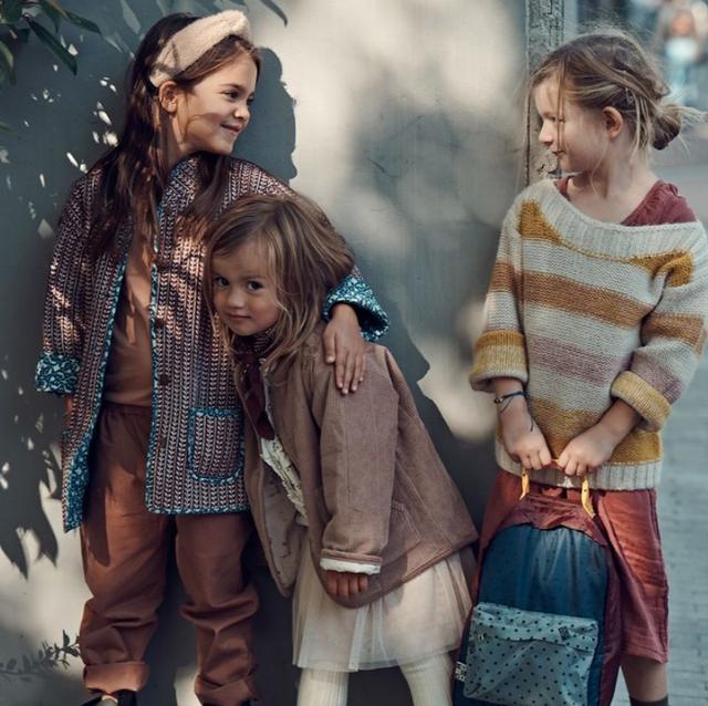 meisjes in kinderkleding op straat