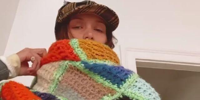 bella hadid bufanda crochet ganchillo tendencia bazaar moda celebrity