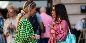 Claire Rose met een scrunchie in het haar tijdens fashion week in Kopenhagen