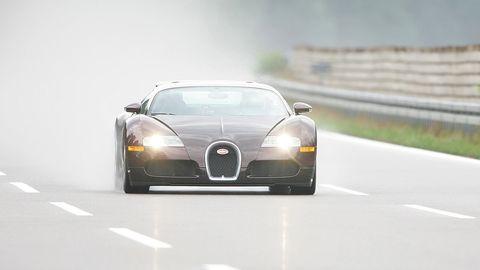 bugatti veyron en el circuito de ehra lessien