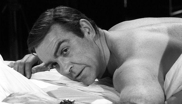 el británico sean connery espera tumbado entre las sábanas en una película