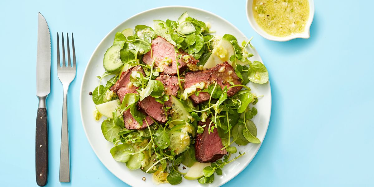 Жареный стейк с яблочным салатом и винегретом из хрена