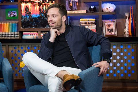 Sebastian Stan pantalones blancos
