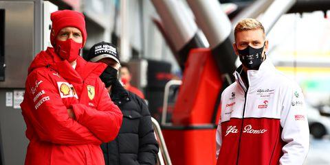 mick schumacher y sebastian vettel durante los libres 1 de nürburgring