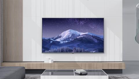 白色的牆面掛著藍色的電視
