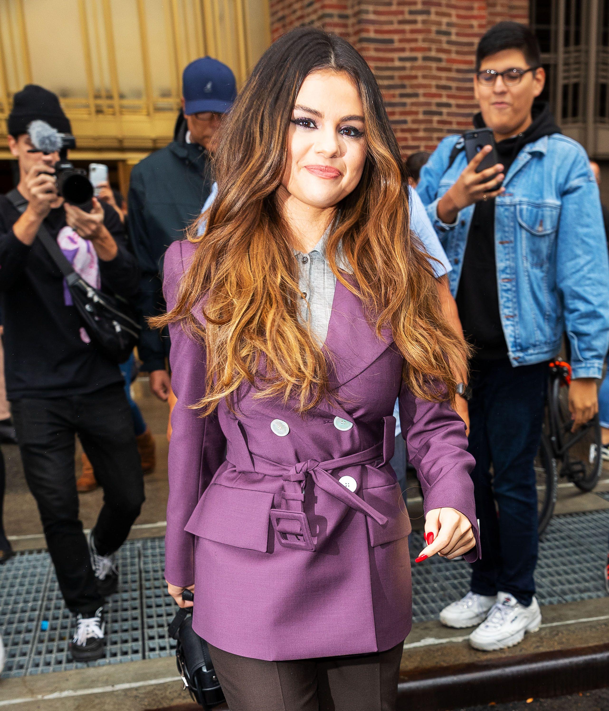 See Selena Gomez S New Blunt Bangs Selena Changes Hair In London