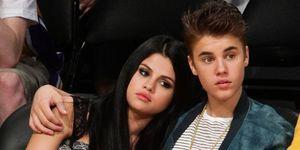 Selena Gomez en Justin Bieber tijdens een basketbalwedstrijd