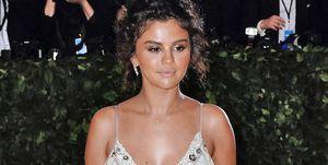 Selena Gomez fake tan at the Met Gala